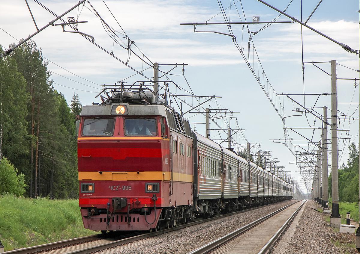 Электровоз ЧС2Т-995 с пассажирским поездом, перегон Торбино - Мстинский мост