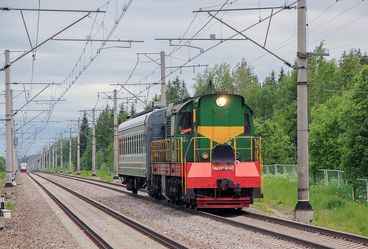 Электропоезд ЭВС1 и тепловоз ЧМЭ3Э-6742 на перегоне Мстинский мост - Торбино