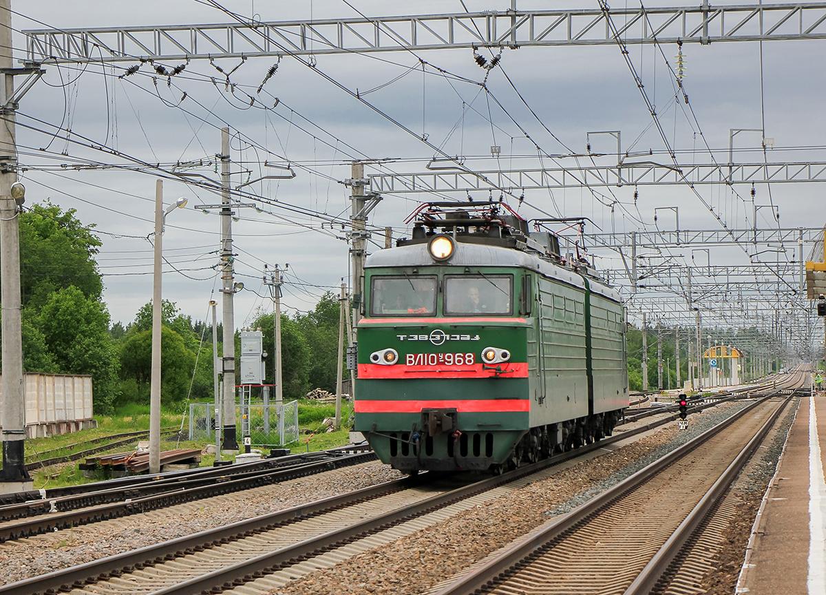 Электровоз ВЛ10У-968 проследует станцию Торбино