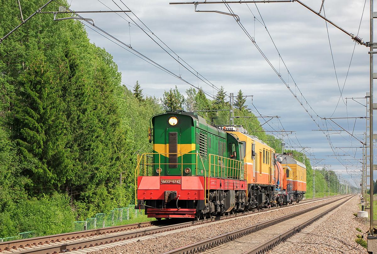 Тепловоз ЧМЭ3Э-6742 с хозяйственным поездом на перегоне Боровёнка - Торбино