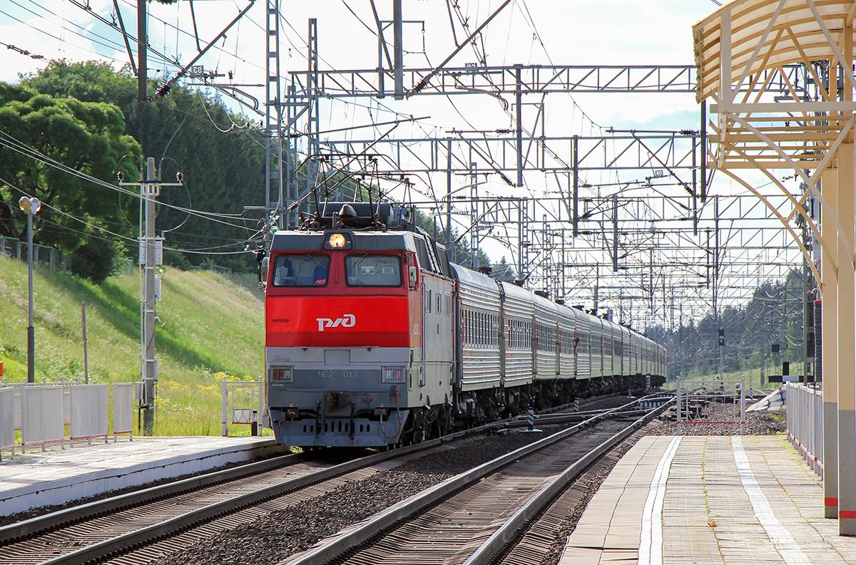 Электровоз ЧС2Т-1013 с пассажирским поездом, станция Мстинский мост