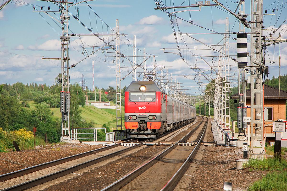 Электровоз ЭП2К-211 с поездом на мосту через реку Мста, станция Мстинский мост