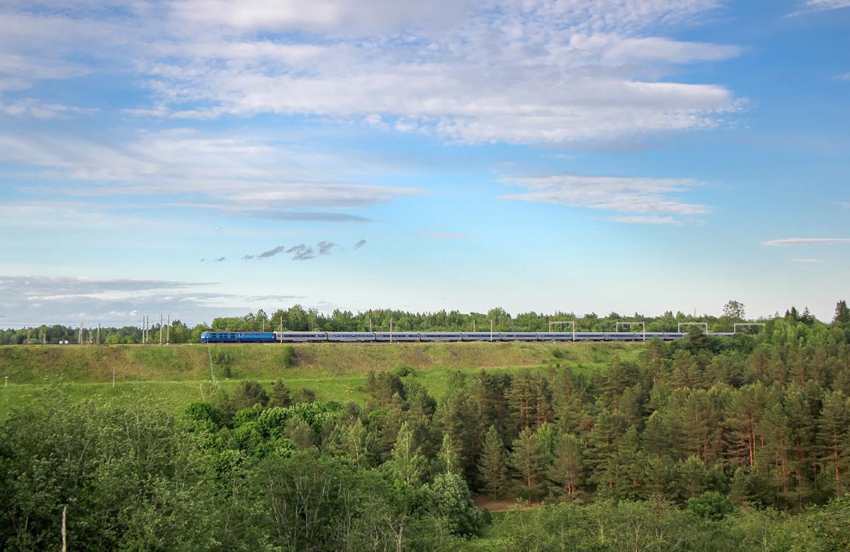 """Электровоз ЧС200 с фирменным поездом """"Невский экспресс"""", перегон Торбино - Мстинский мост"""