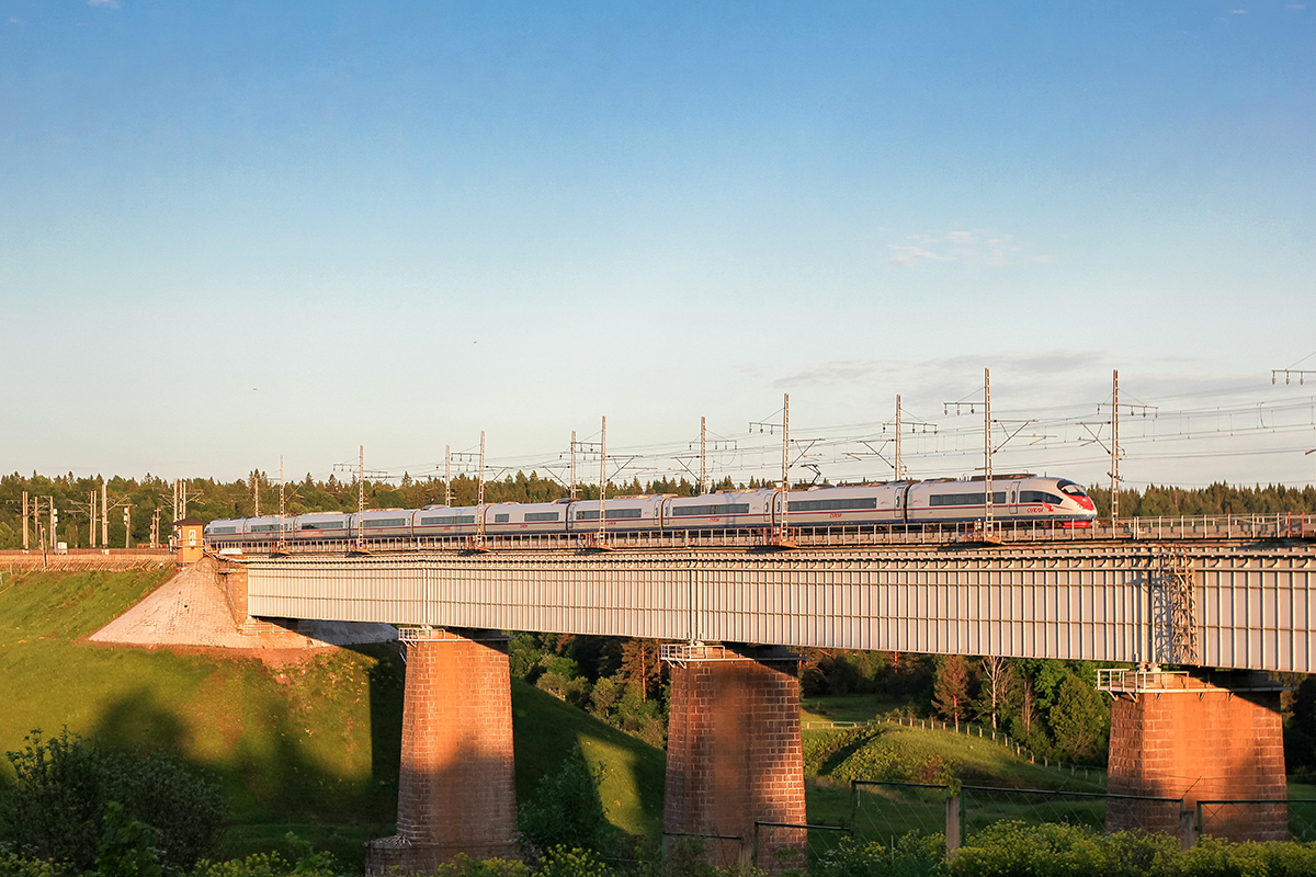 "Электропоезд ЭВС1 ""Сапсан"" на мосту через реку Мста, станция Мстинский мост"
