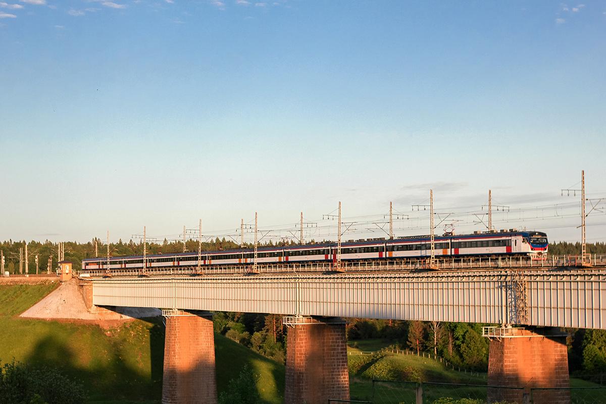 Электропоезд ЭД4МКУ-0151 проследует мост через реку Мста, станция Мстинский мост