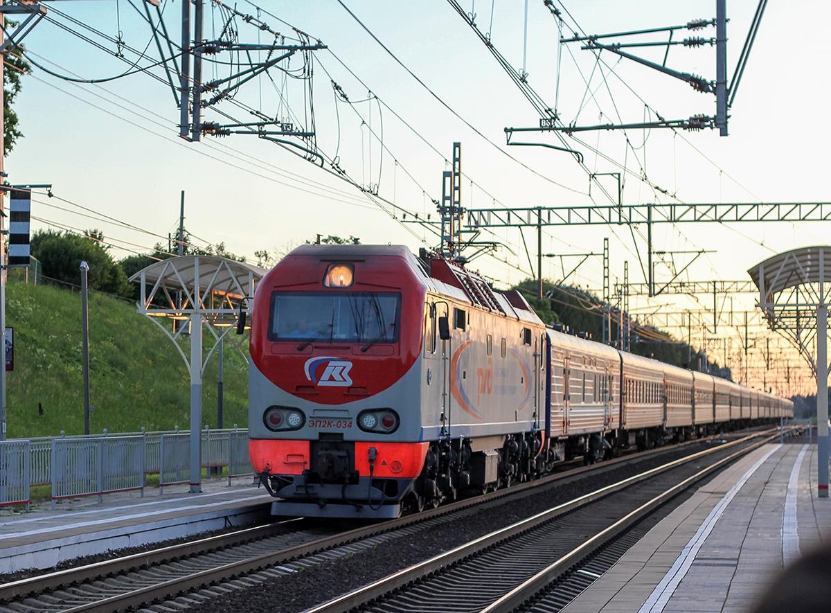 Электровоз ЭП2К-034 с пассажирским поездом проследует станцию Мстинский мост