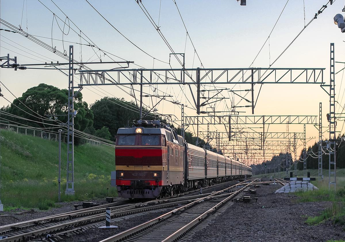 Электровоз ЧС2Т-1022 с пассажирским поездом проследует станцию Мстинский мост