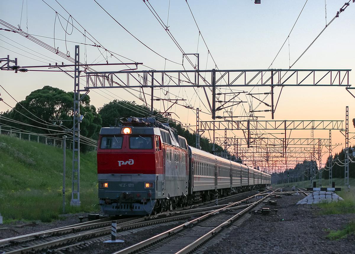 Электровоз ЧС2Т-1011 с пассажирским поездом проследует станцию Мстинский мост