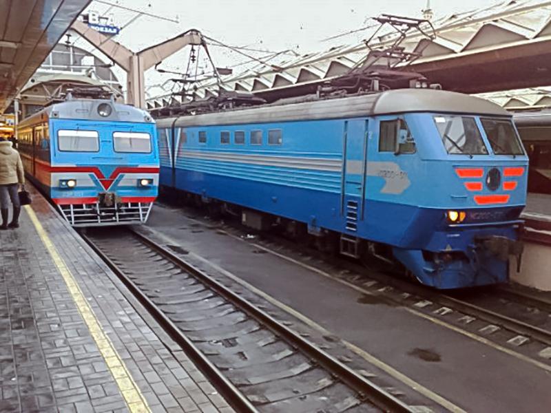 Электромотриса ДЭР-001 и электровоз ЧС200-007 на ст. Москва-Пассажирская (Ленинградский вокзал)