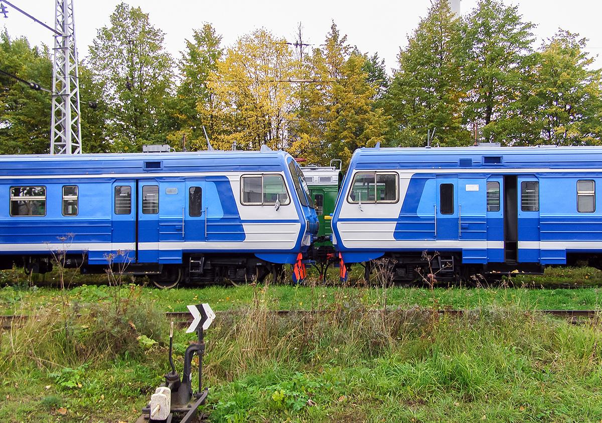 Головные вагоны электропоезда ЭД9М-0149 в депо Санкт-Петербург-Балтийский
