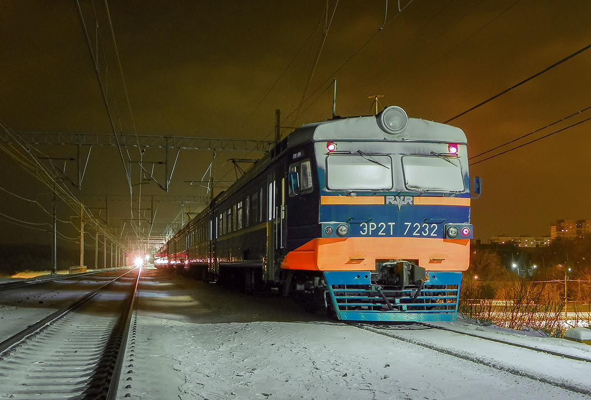 Электропоезд ЭР2Т-7232 на станции Подсолнечная