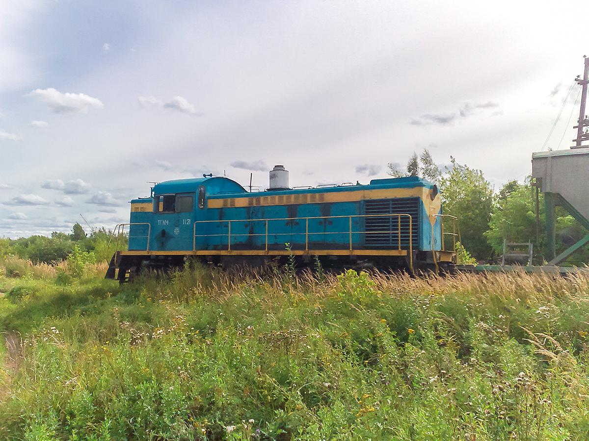 Тепловоз ТГМ4-1121 с хопперами на подъездном пути от станции Клин
