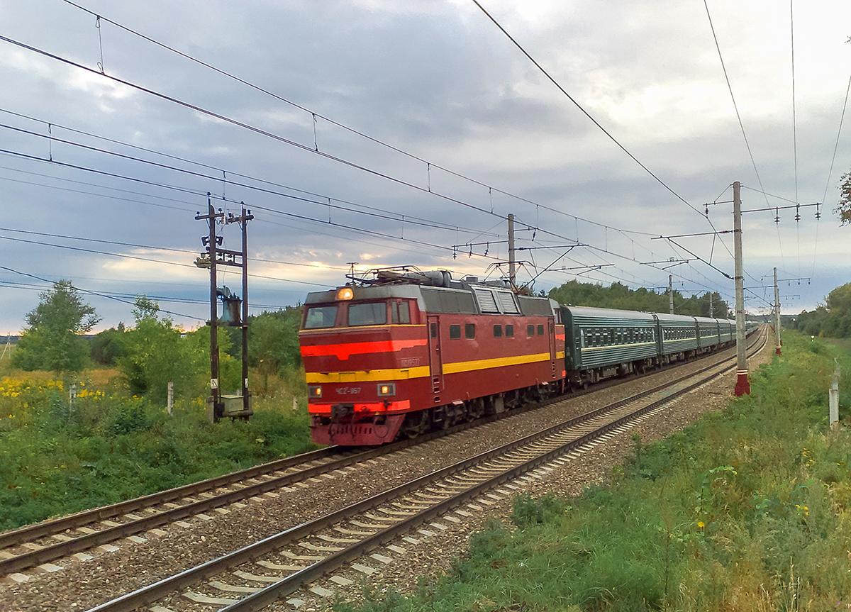Электровоз ЧС2Т-957 с пассажирским поездом, перегон Решетниково - Клин