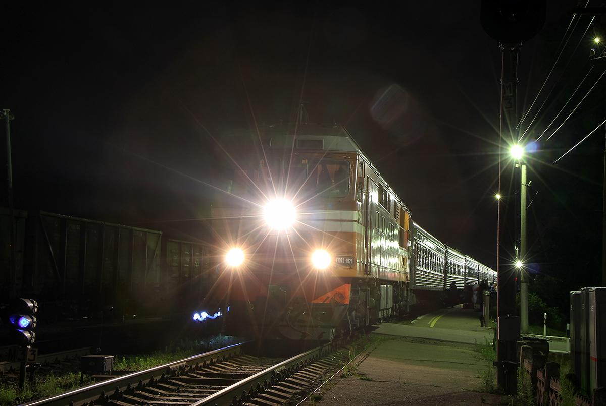 Тепловоз ТЭП70-0121 с фирменным поездом «Псков» на станции Валдай