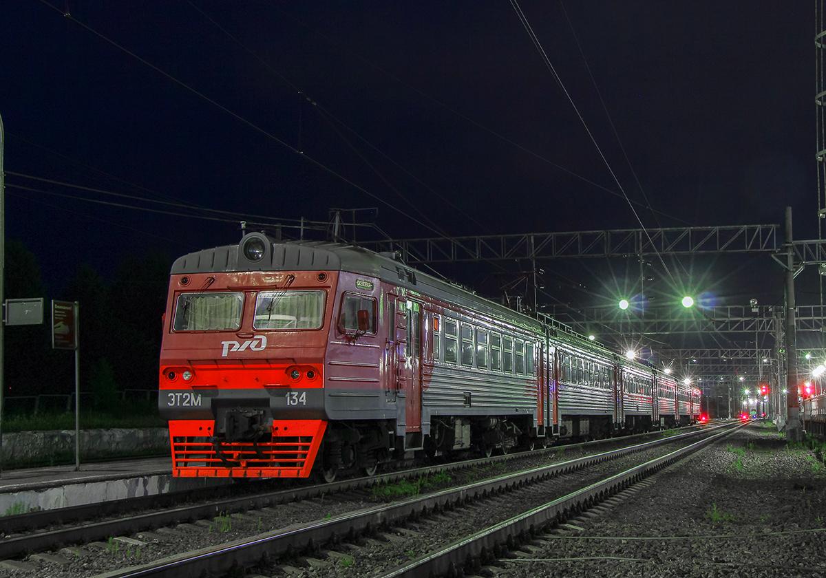 Электропоезд ЭТ2М-134 на станции Окуловка