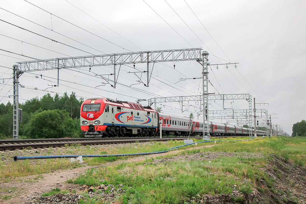 Электровоз ЭП2К-036 с поездом на станции Торфяное