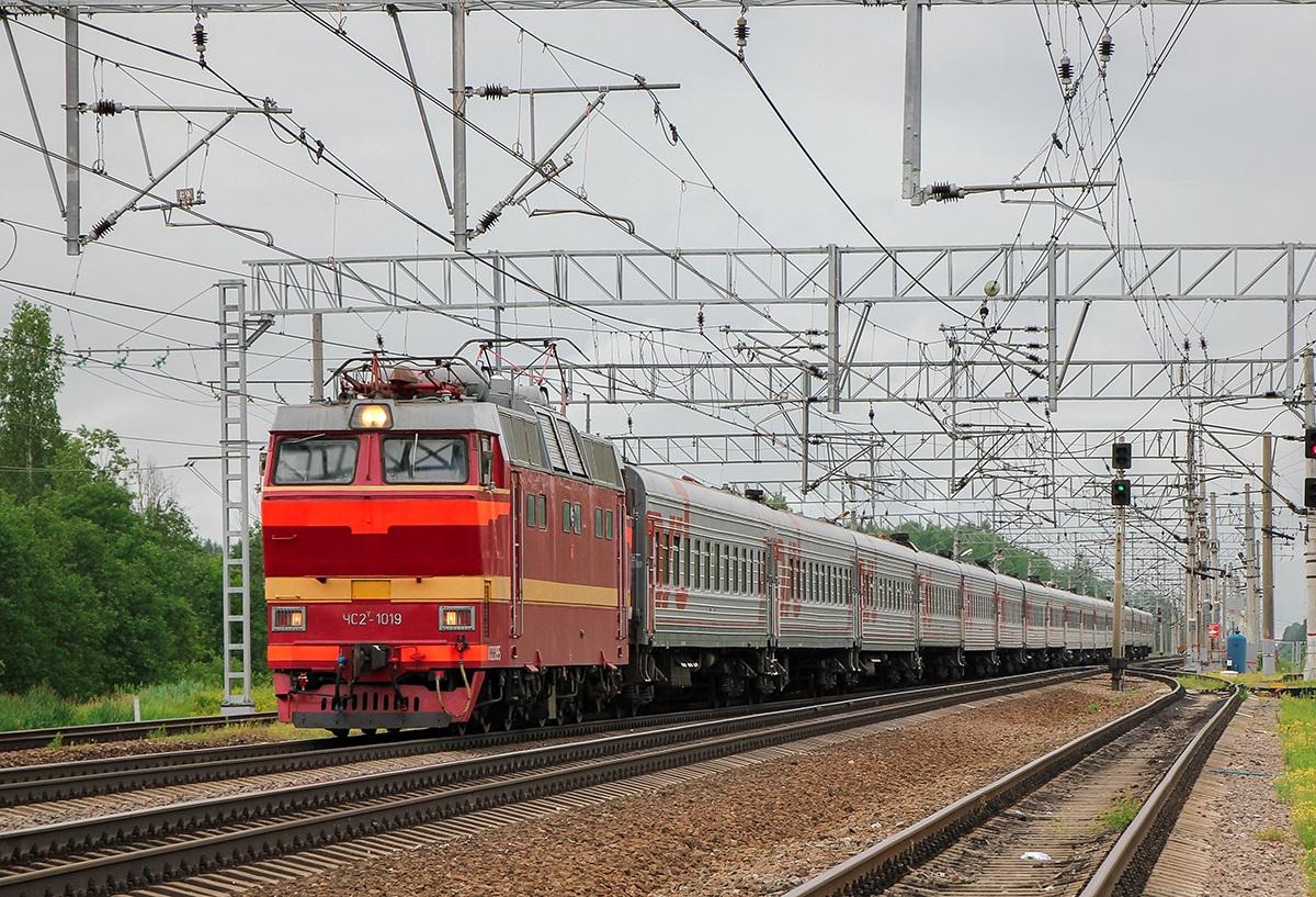 Электровоз ЧС2Т-1019 с поездом, станция Торфяное