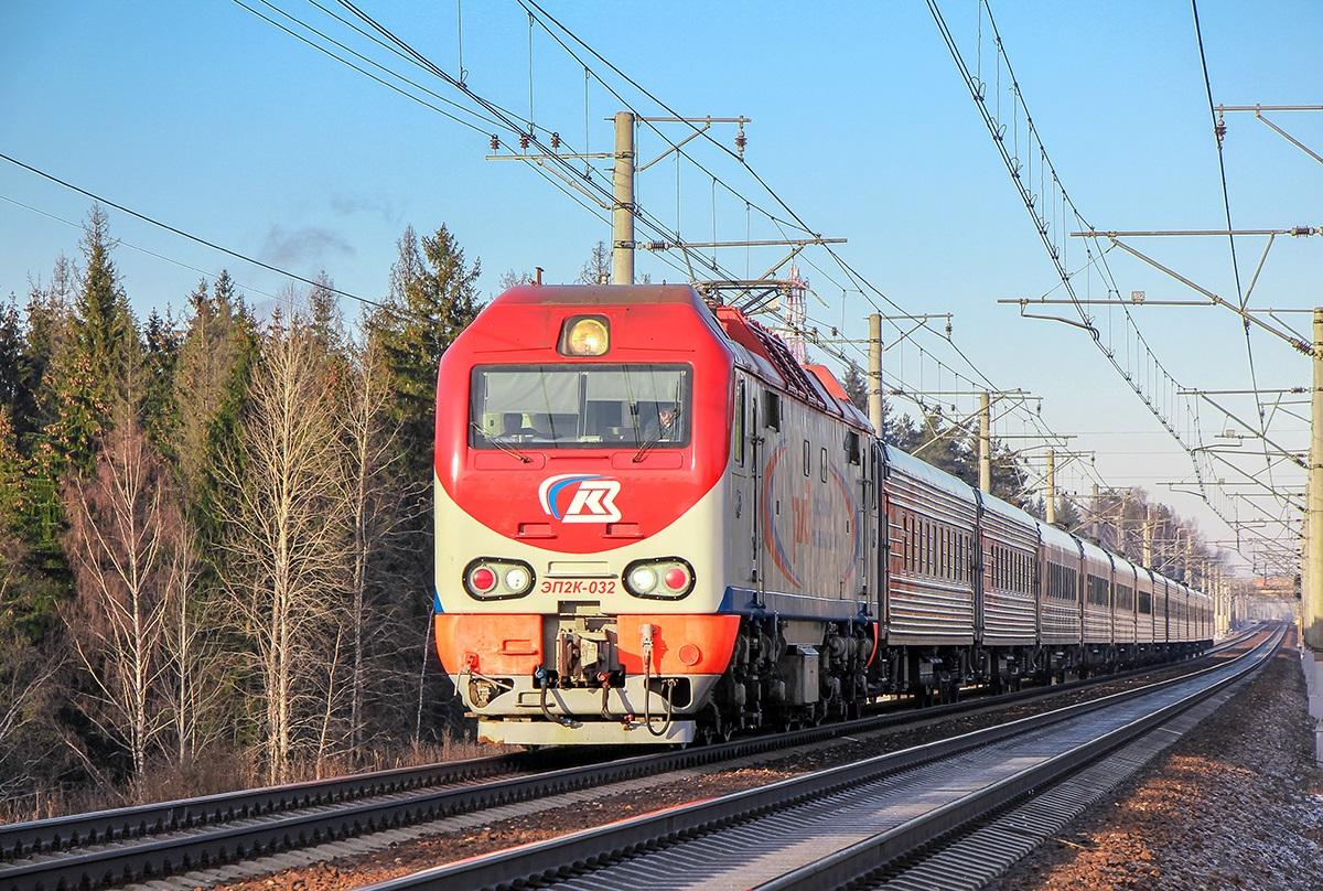 Электровоз ЭП2К-032с пассажирским поездом, станция Поварово-I