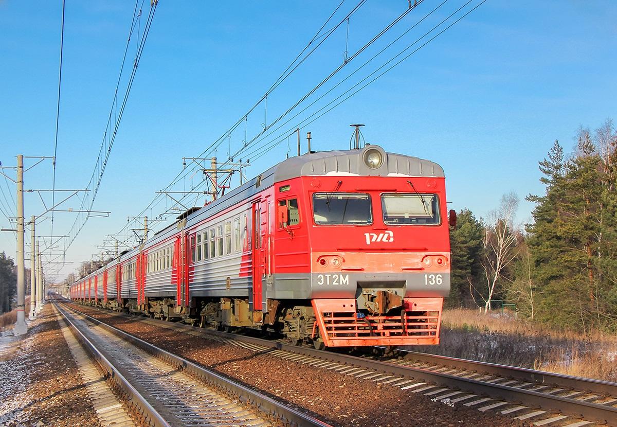 Электропоезд ЭТ2М-136 на станции Поварово-I