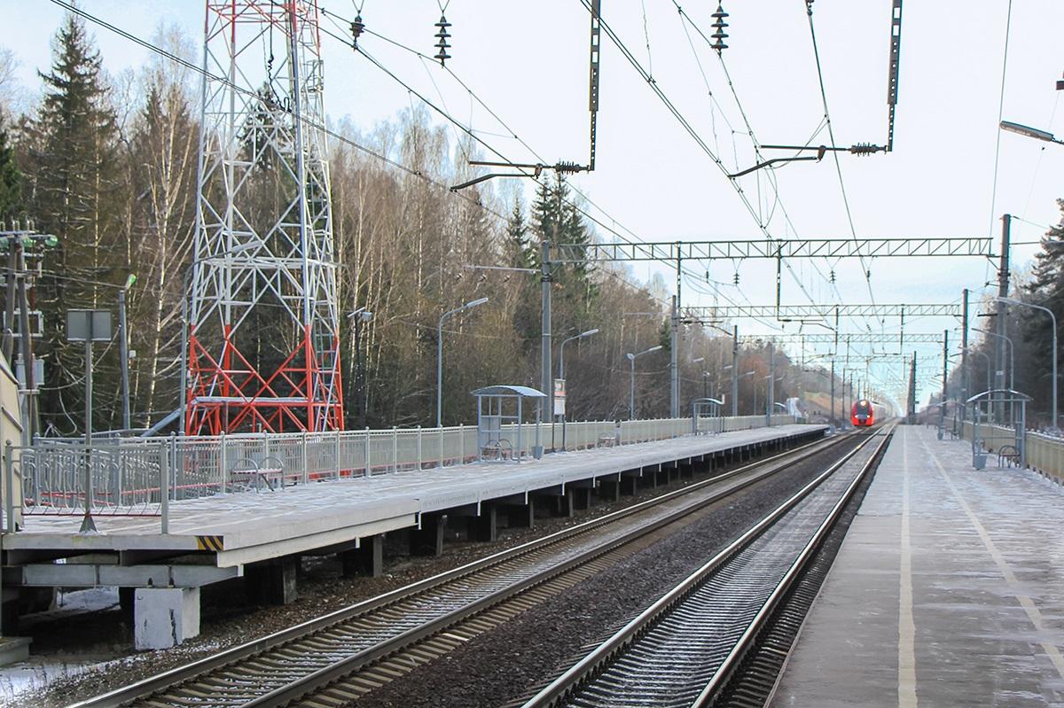 Вид на платформу Радищево со стороны платформы Поваровка