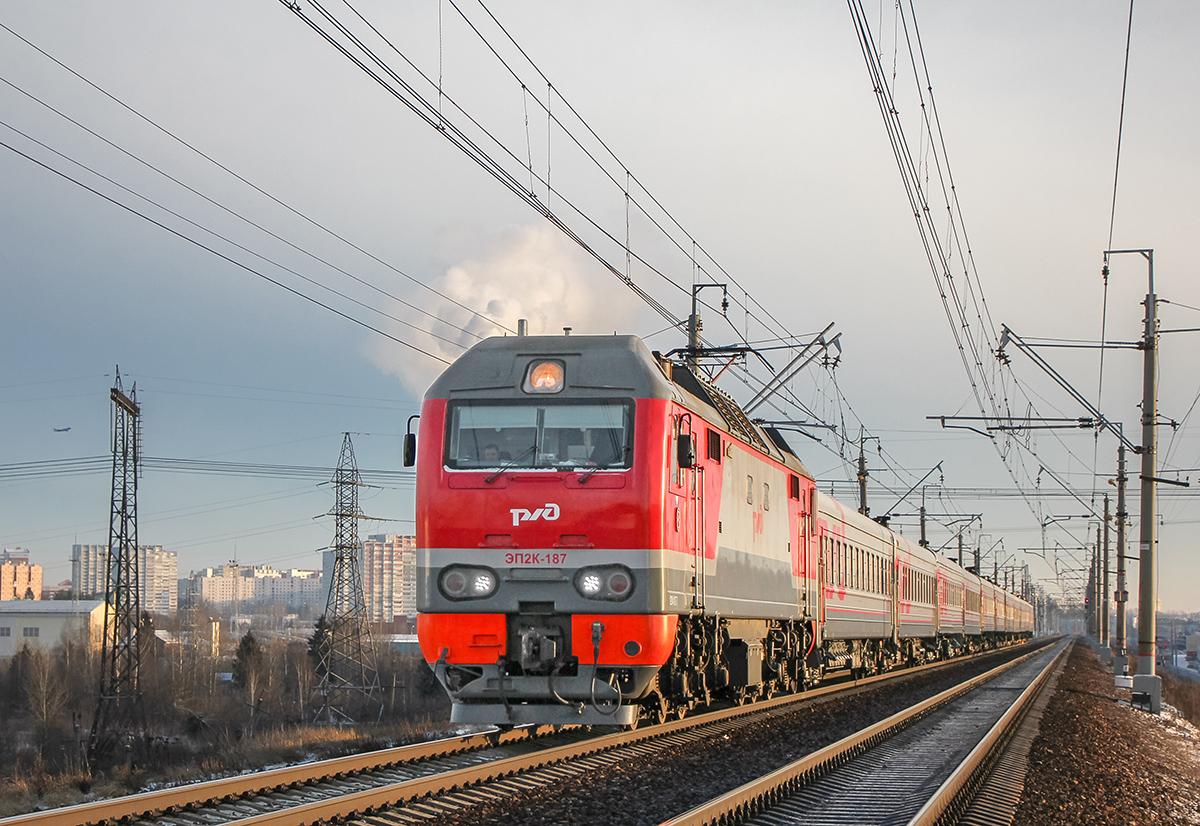 Электровоз ЭП2К-187 с пассажирским поездом на перегоне Крюково - Поварово-I