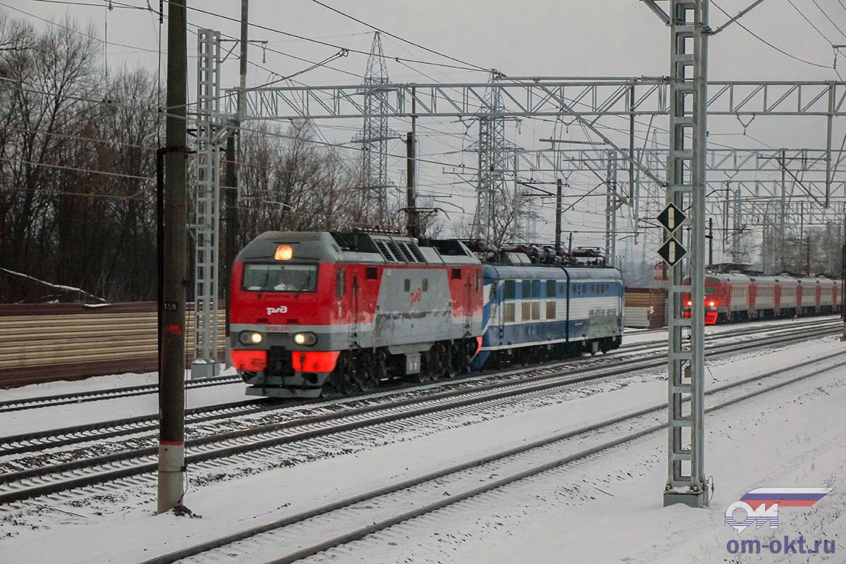 Электровоз ЭП2К-211 с перегоняемым электровозом ЧС200-004, близ платформы Планерная, перегон Сходня - Химки