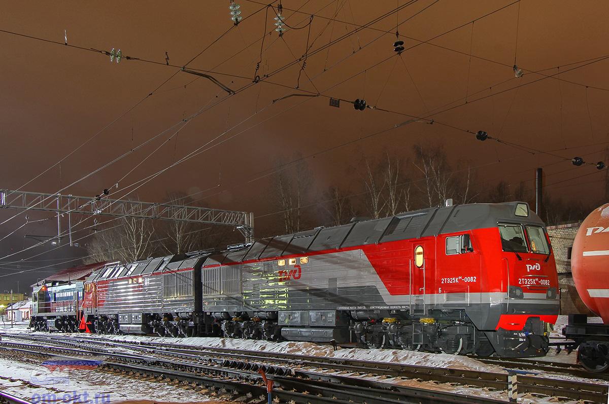 Тепловоз 2ТЭ25КМ-0082 в сцепке с тепловозом ТЭМ18Д-324, станция Тверь