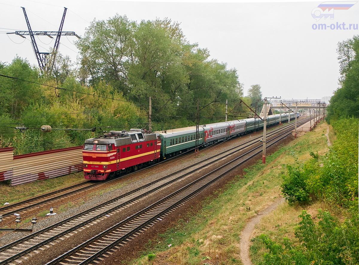 Электровоз ЧС2Т-1005 с пассажирским поездом, перегон Ховрино - Москва-Товарная