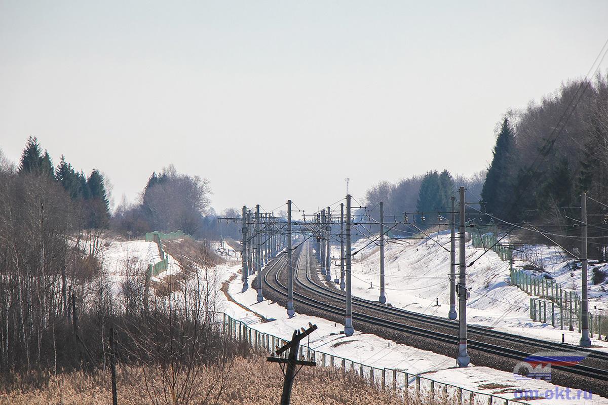 Вид с путепровода соединительной ветки Бологое-Полоцкое — Медведево в сторону станции Бушевец