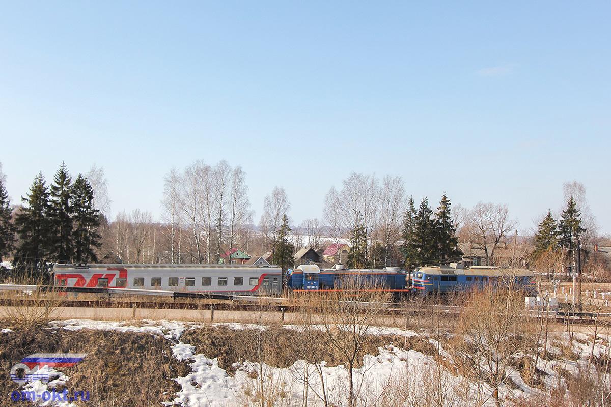 Тепловозы М62 и ТЭМ2 с пассажирским вагоном, соединительная ветвь Бологое-Полоцкое - Бологое-Московское