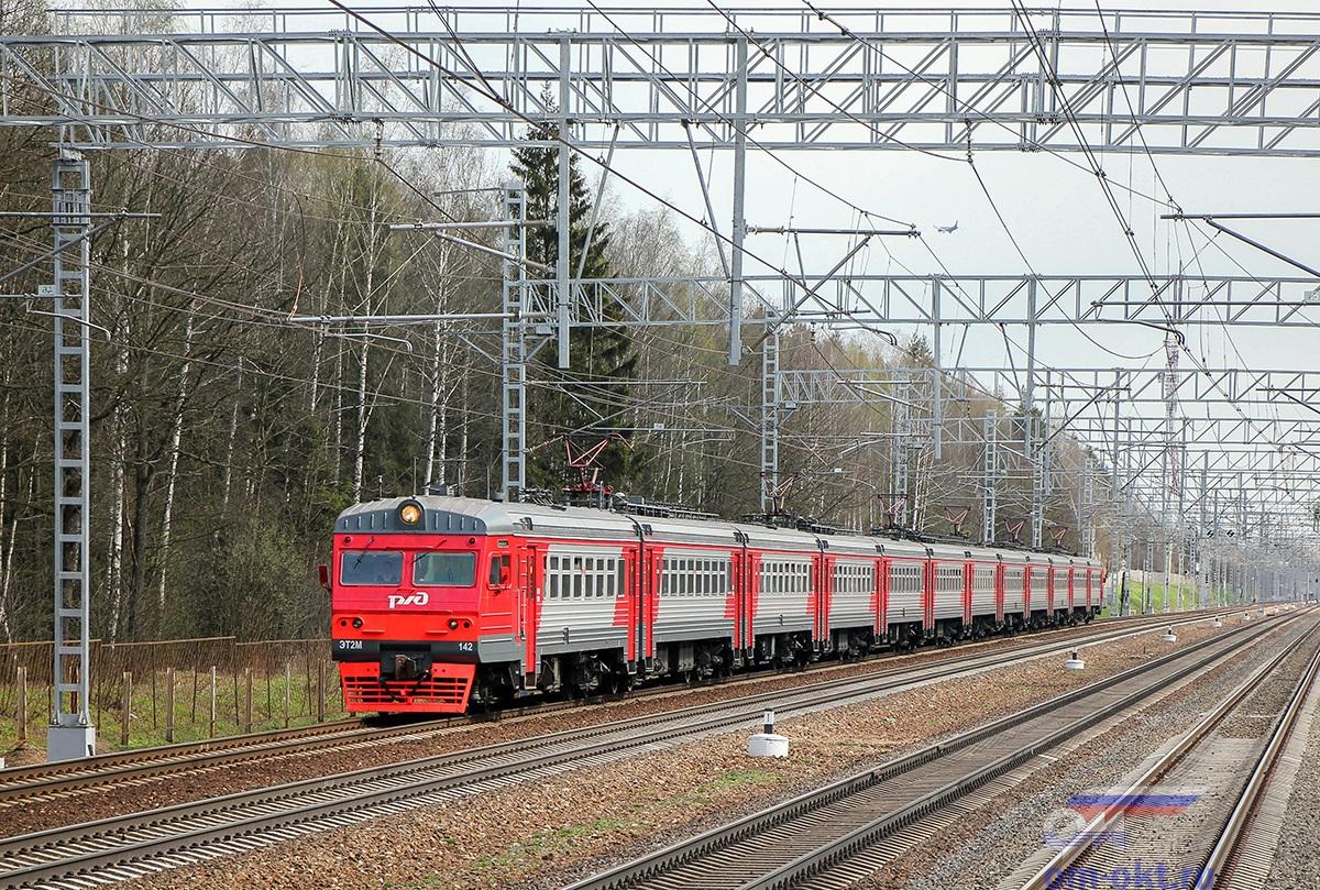 Электропоезд ЭТ2М-142 прибывает к платформе Малино, перегон Сходня- Крюково