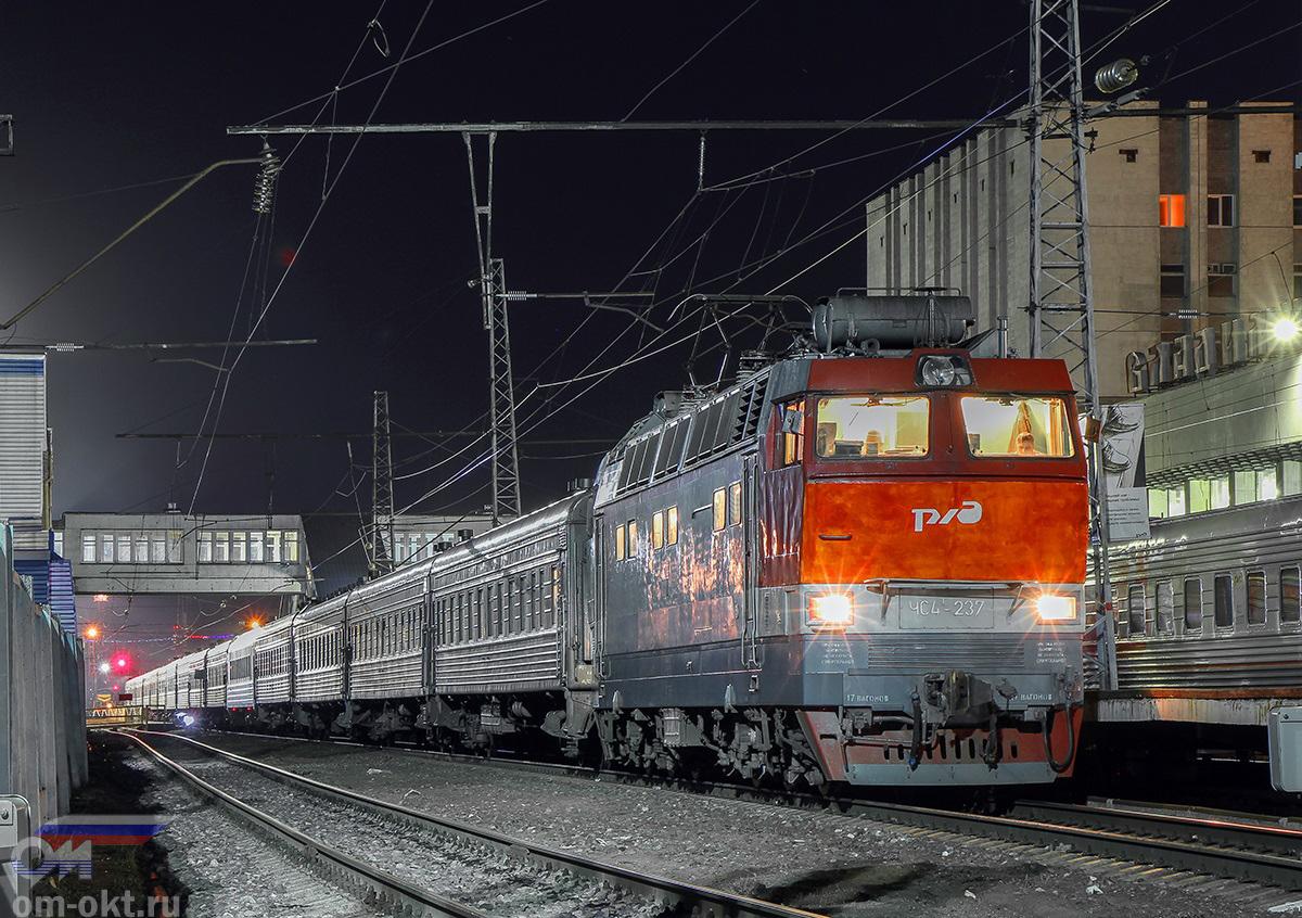 Электровоз ЧС4Т-237 с пассажирским поездом, станция Владимир