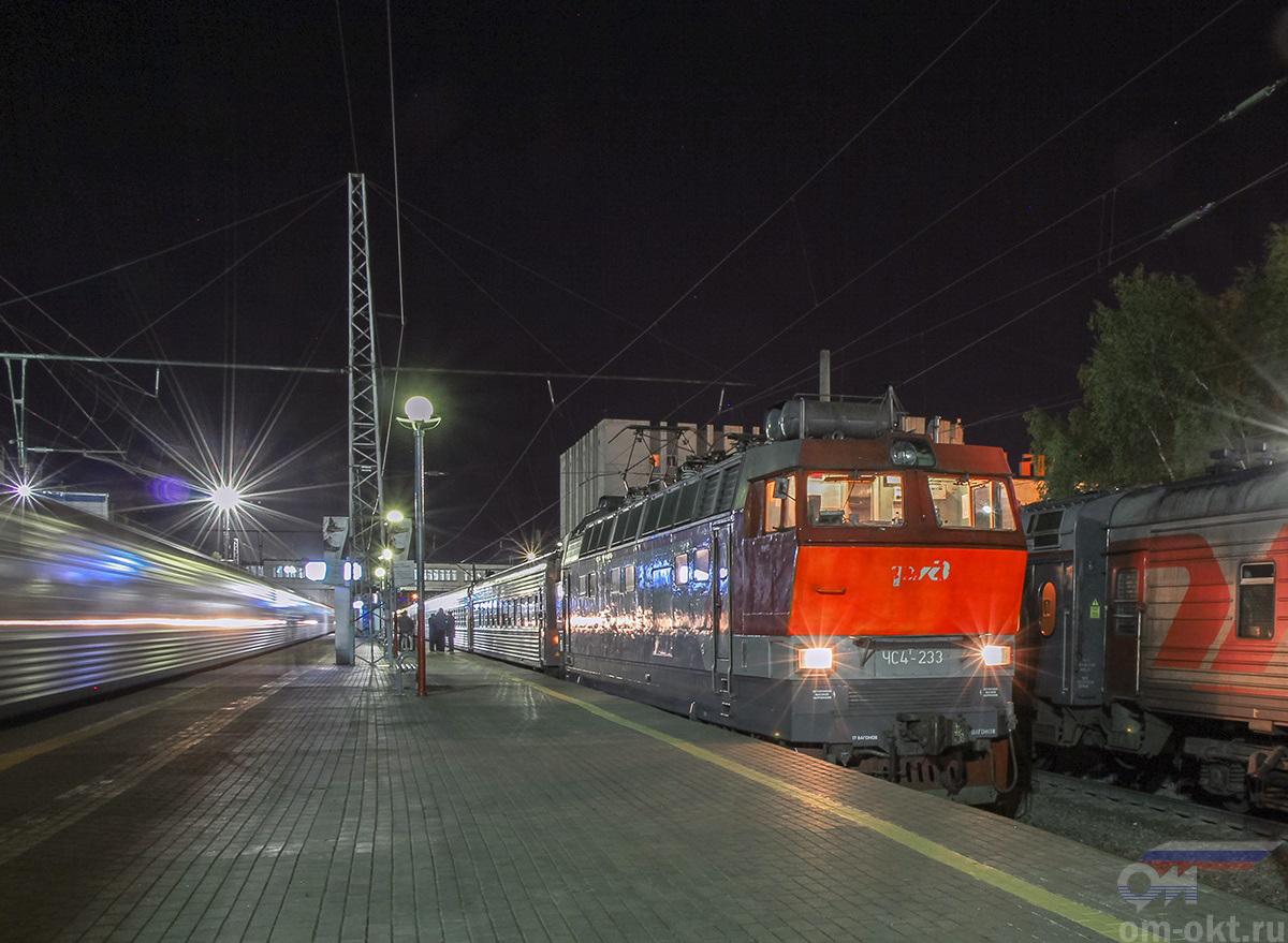 Электровоз ЧС4Т-233 с пассажирским поездом, станция Владимир
