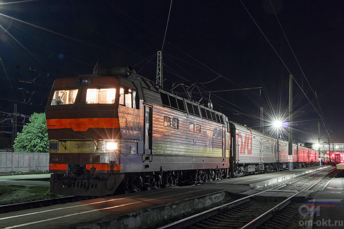 Электровоз ЧС4Т-419 с пассажирским поездом на станции Владимир