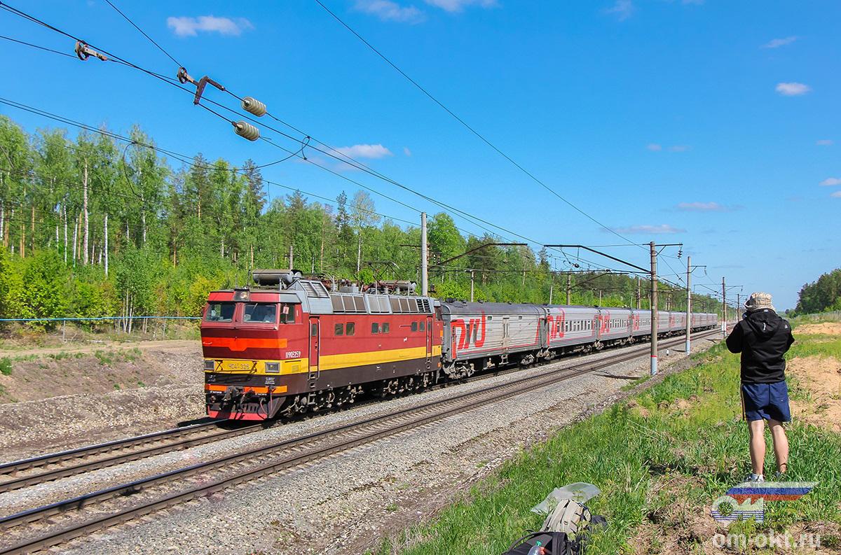 Электровоз ЧС4Т-325 с пассажирским поездом, перегон Федулово - блок-пост 243 км