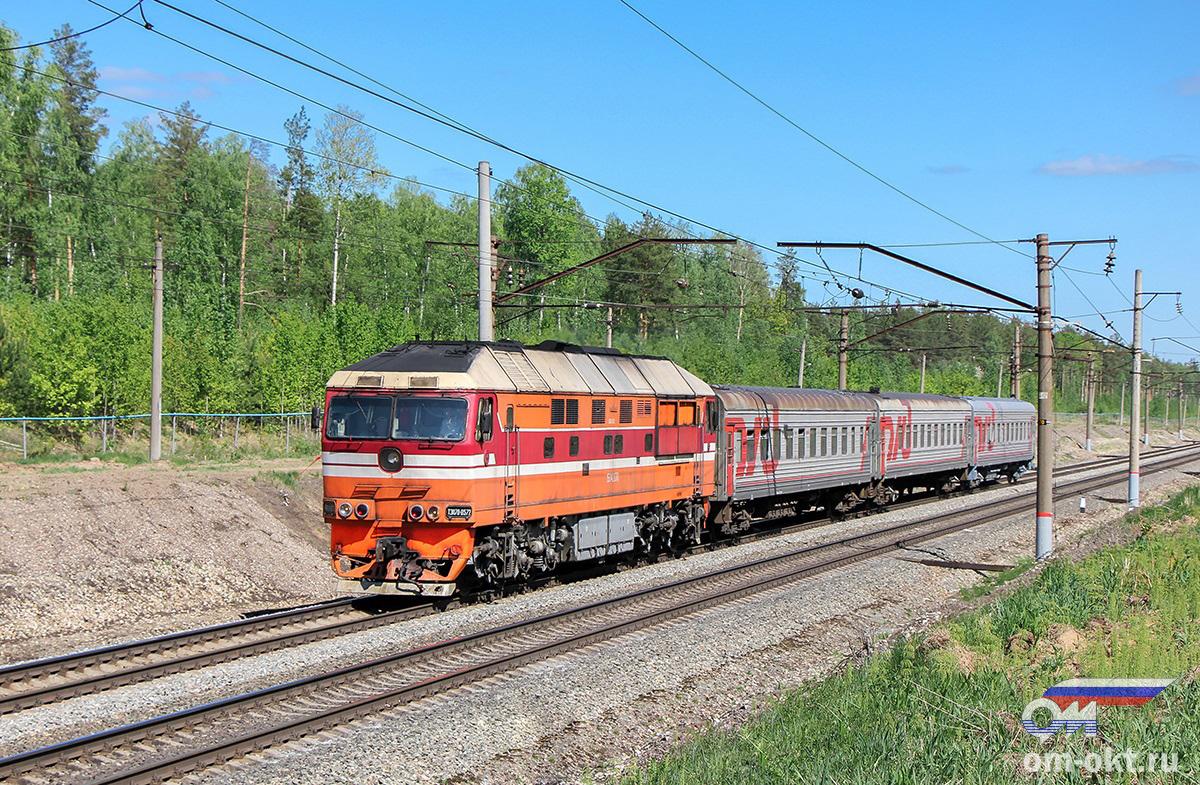 Тепловоз ТЭП70-0572 с пригородным поездом на перегоне Федулово - блок-пост 243 км