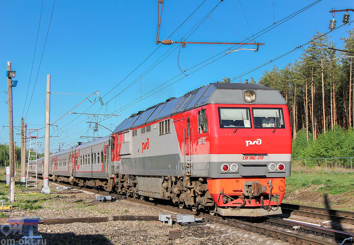 Тепловоз ТЭП70БС-228 с пассажирским поездом проследует блок-пост 243 км