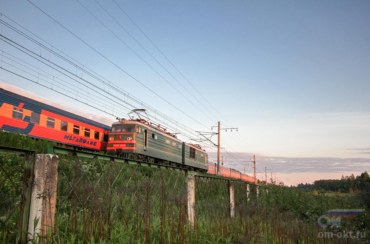 """Электровоз ВЛ10-654 на фоне фирменного поезда """"Мегаполис"""", перегон Редкино - Тверь"""