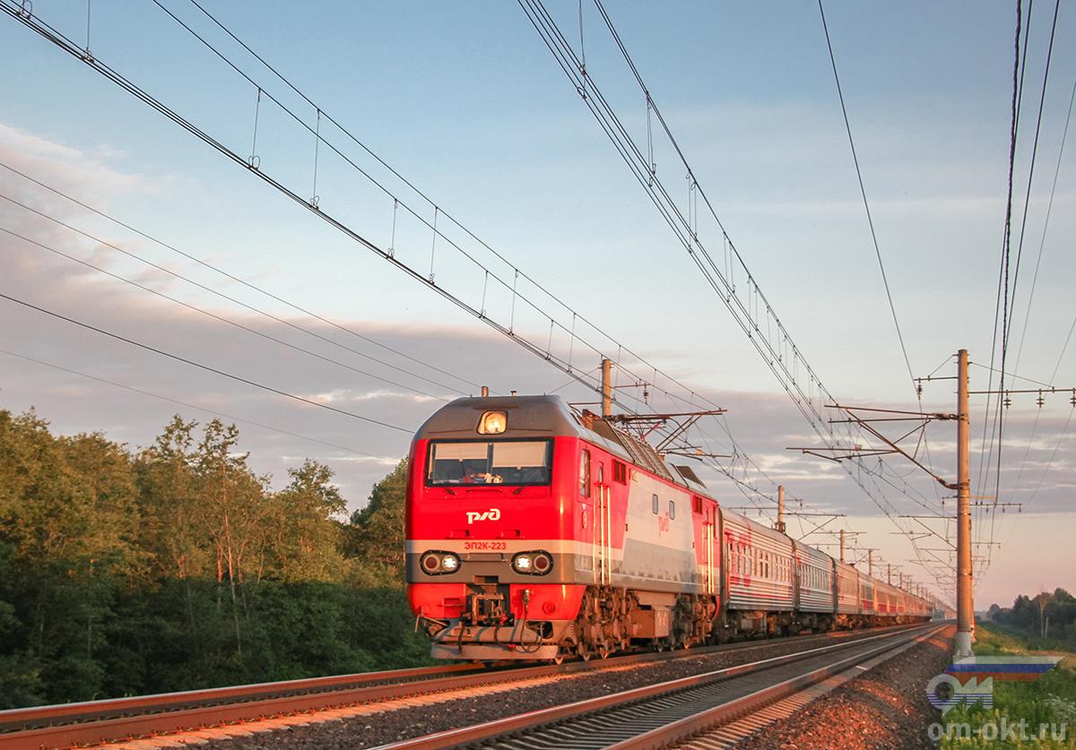 Электровоз ЭП2К-223 с пассажирским поездом, перегон Тверь - Редкино