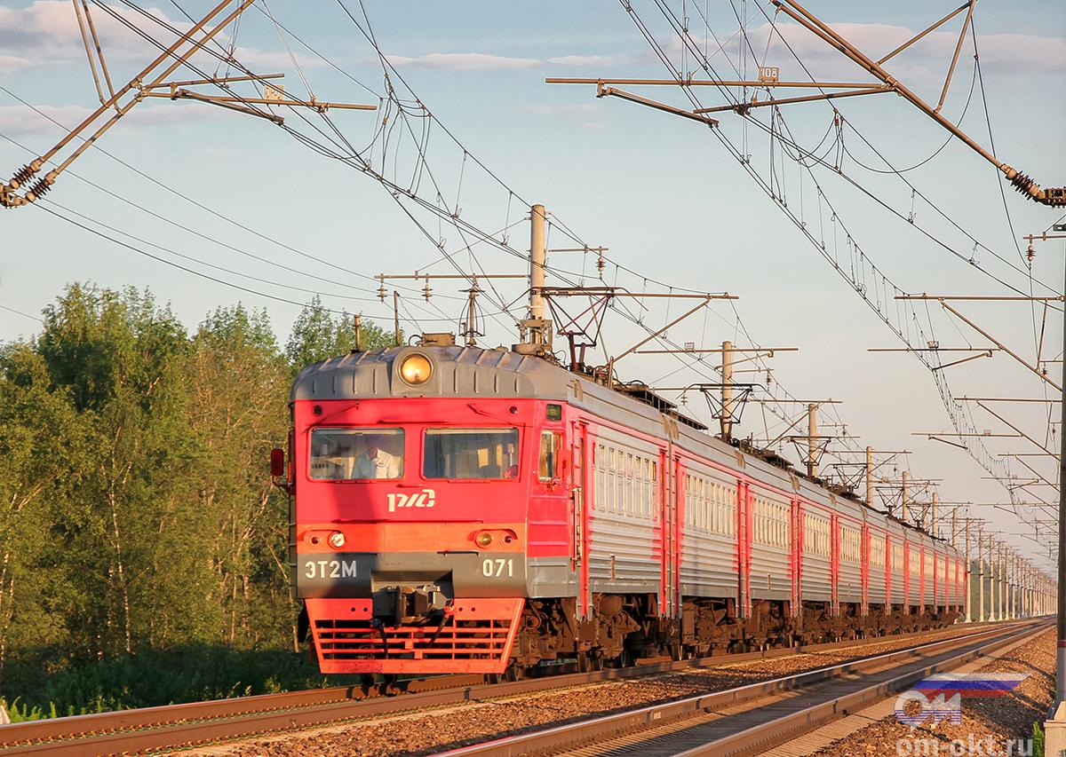 Электропоезд ЭТ2М-071 прибывает к платформе Межево, перегон Тверь - Редкино