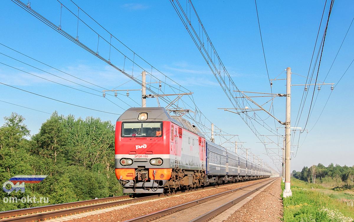 """Электровоз ЭП2К-180 с фирменным поездом """"Экспресс"""" на перегоне Тверь - Редкино"""