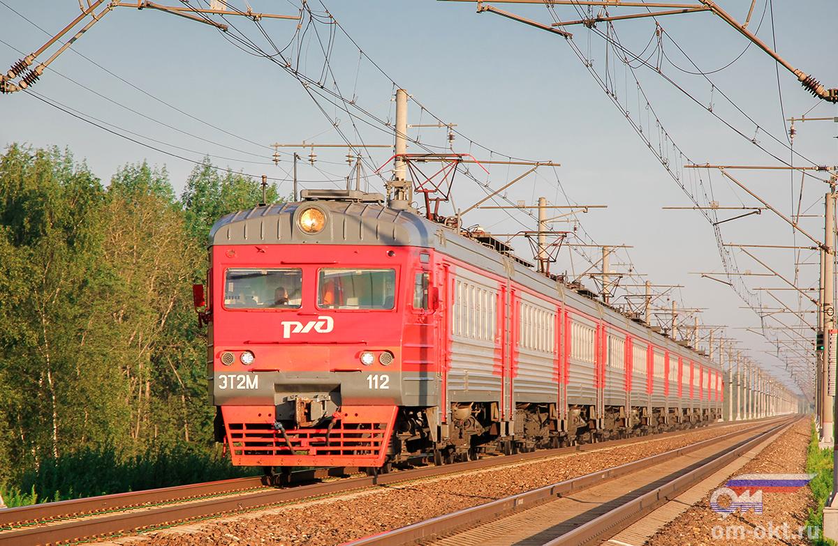Электропоезд ЭТ2М-112 прибывает к платформе Межево, перегон Тверь - Редкино