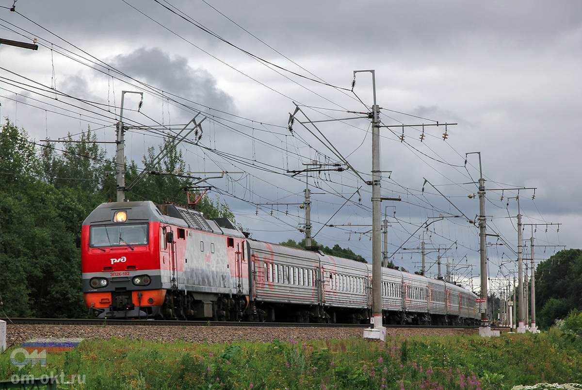 Электровоз ЭП2К-182 с пассажирским поездом близ платформы Стреглово, перегон Подсолнечная - Клин