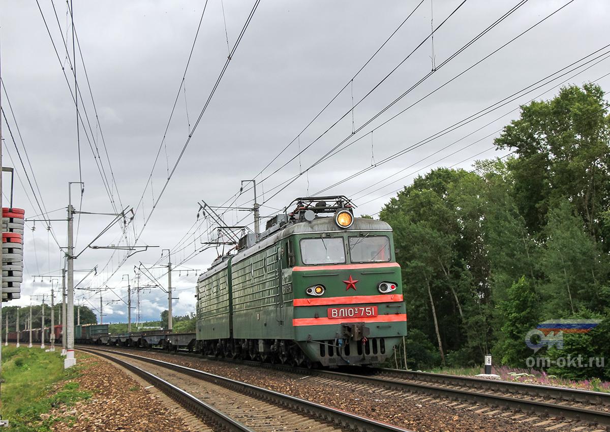 Электровоз ВЛ10У-751 в голове грузового поезда, близ платформы Стреглово