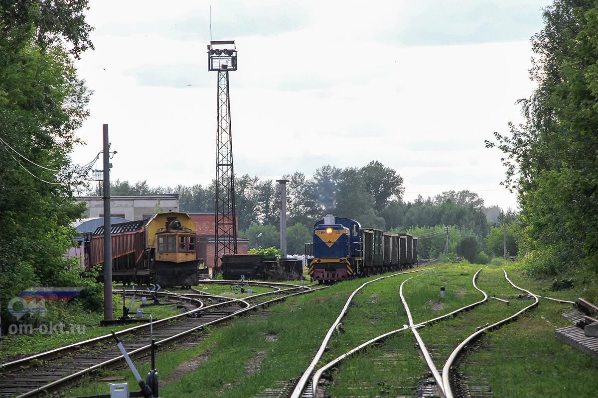 Тепловоз ТГМ4-1121 с вагонами на подъездном пути от станции Клин