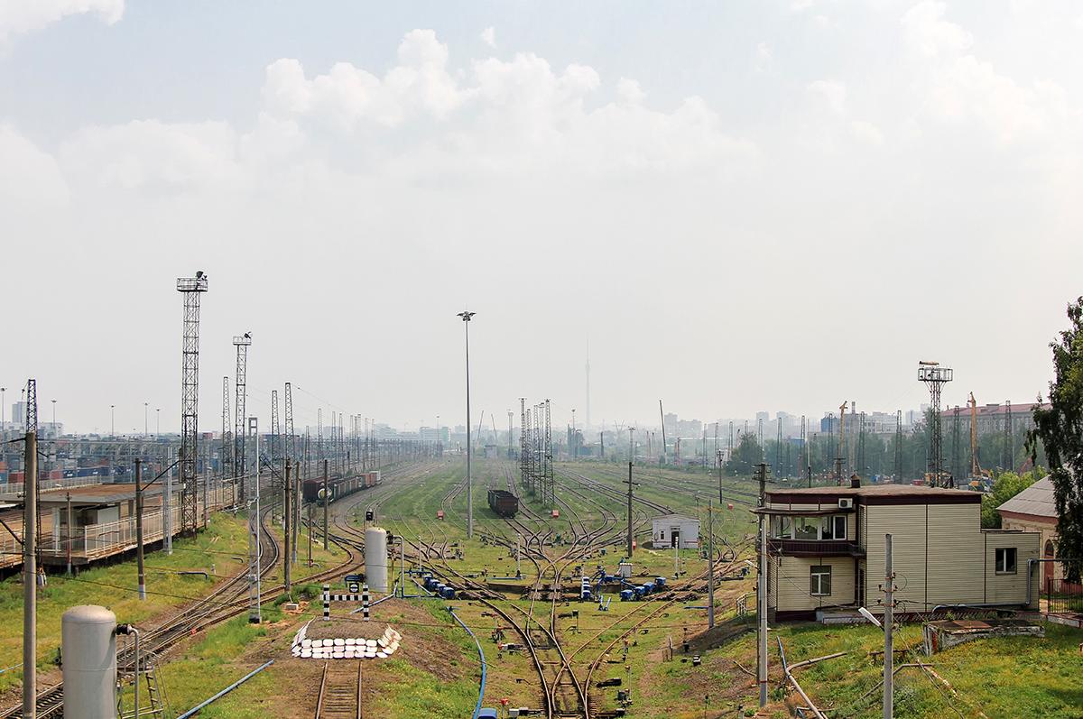 Вид с моста на сортировочную горку и третий парк станции Ховрино