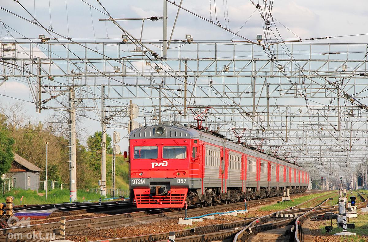 Электропоезд ЭТ2М-057 проследует станцию Поварово-I