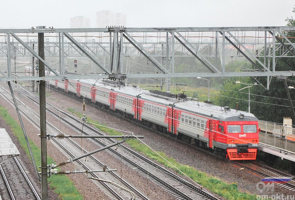 Электропоезд ЭТ2М-092 отправился от платформы НАТИ в сторону платформы Моссельмаш