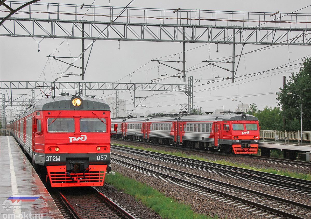 Электропоезда ЭТ2М-057 и ЭТ2М-112 у платформы НАТИ