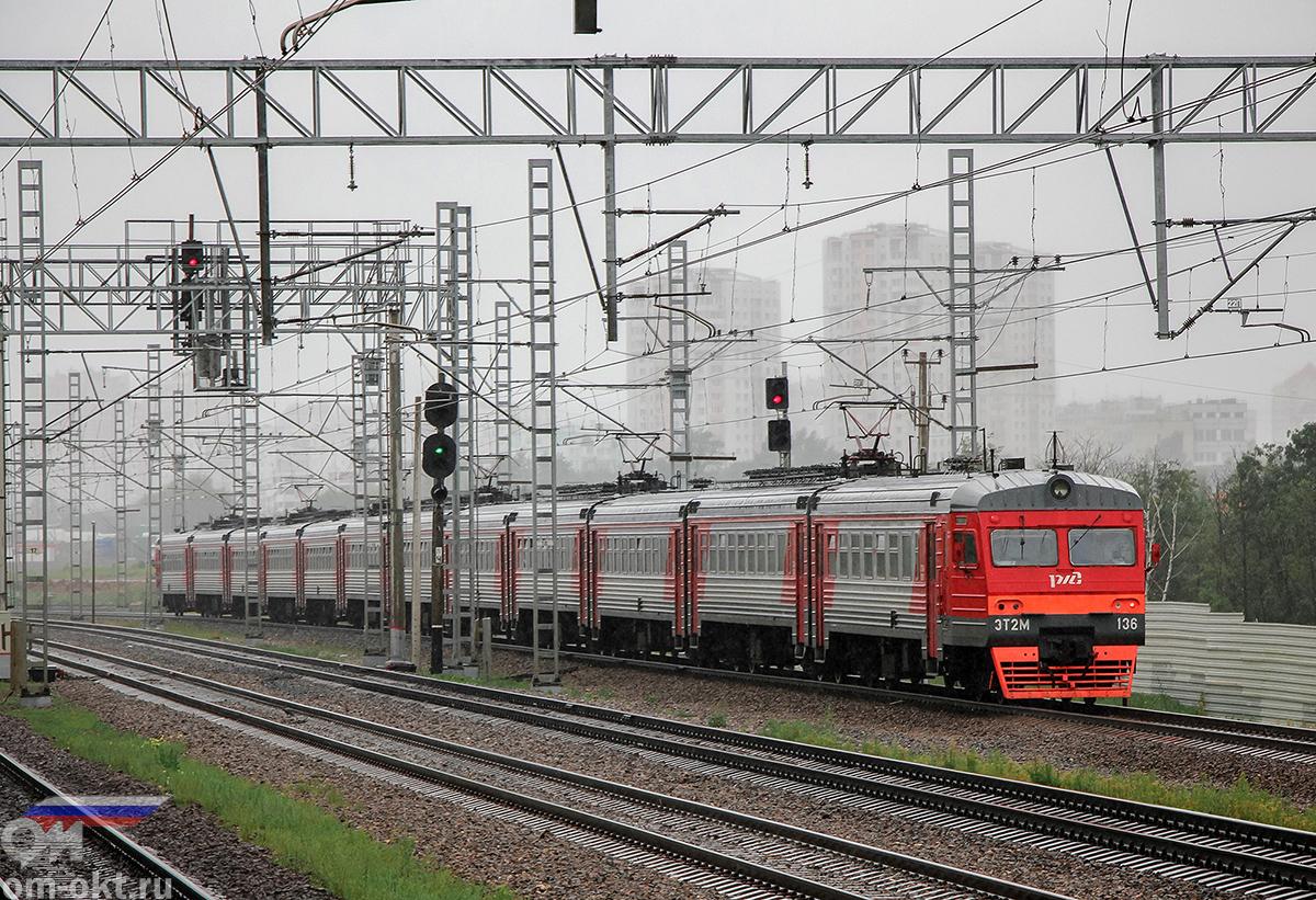Электропоезд ЭТ2М-136 отправился от платформы НАТИ в сторону платформы Моссельмаш